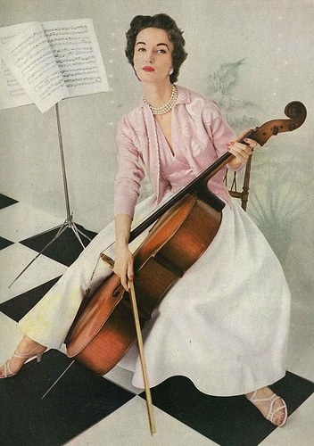 She's certainly struck the right style note! #vintage #1950s #fashion #pink