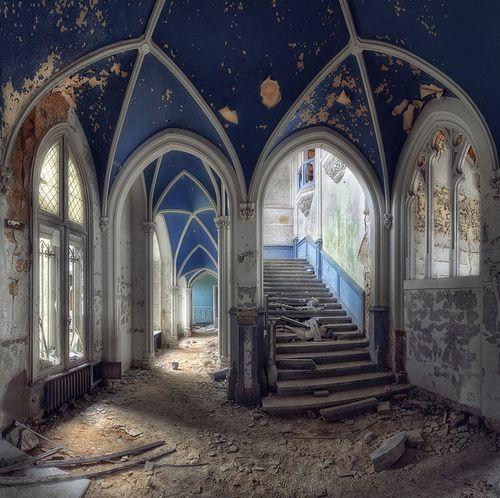Abandoned Castle - Belgium by kleiner hobbit