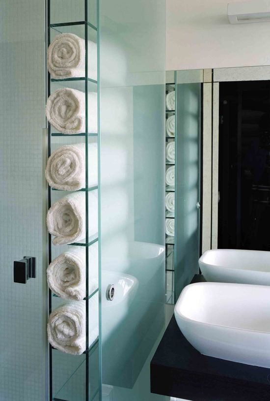 ved siden af vasken skal der være mulighed for at ligge håndklæder på denne måde - dog skal der ikke være glas