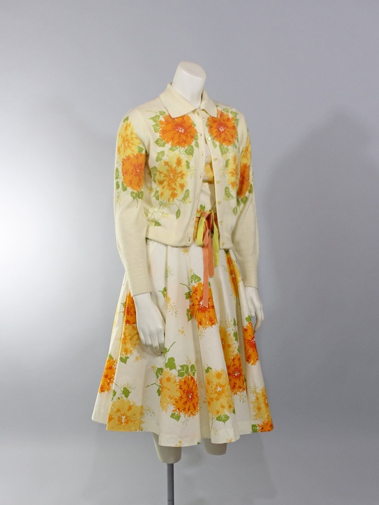 Not something one runs into every day, by any means - a darling floral print 1950s dress with a matching cardigan. ? #vintage #fashion #1950s #dress #cardigan