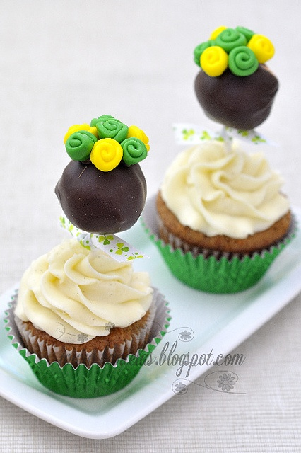 Absolutely charming St. Patrick's Day Cake Pop topped Cupcakes. #cupcakes #cake #pops #green #flowers #St_Patricks_Day #Ireland #Irish #food #baking #dessert