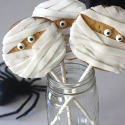 Mummy Cookie Pops & other great Halloween Party Food Ideas on SixSistersStuff.Com! #Halloween #PartyFood