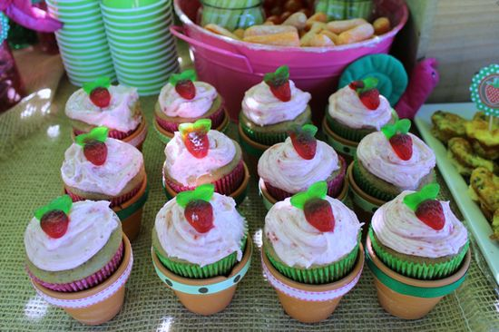 Love these strawberry cupcakes served in flower pots