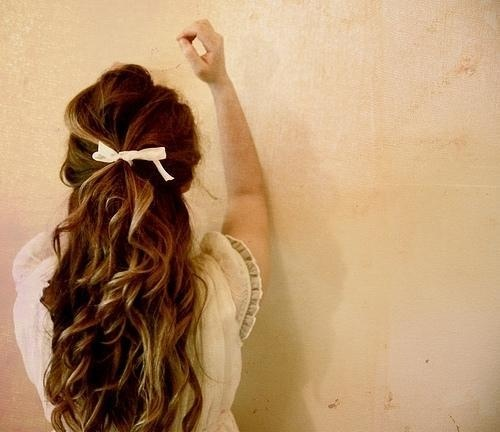 loose curls and a simple bow