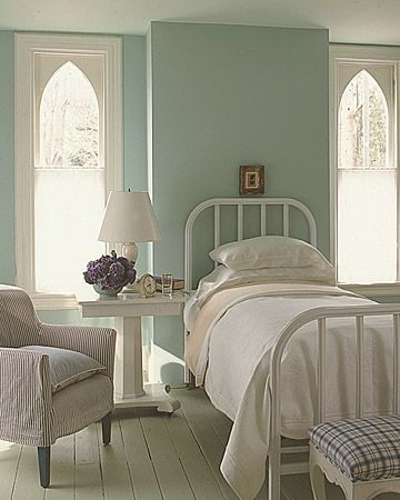 the bed and the windows - what a fresh and classic space