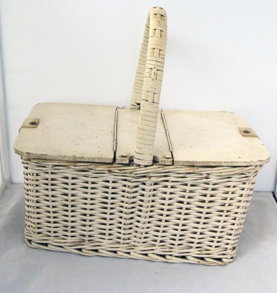 Sweet vintage basket...please take me on a picnic :)
