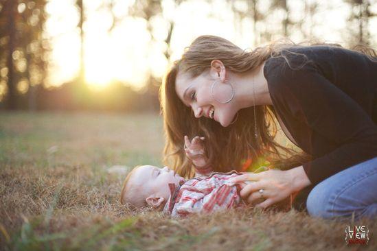 la luce del sole e di una bella madre sorridente al suo piccolo bambino - outdoor # # famiglia # sunset # natura - bambino fotografia - Raleigh NC fotografi famiglia