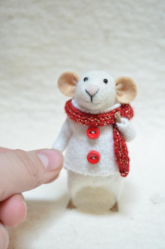 Hello tiny Christmas mouse! I love this creator's tiny little mice -