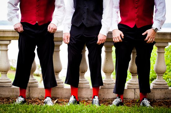 http://4.bp.blogspot.com/-tklRm6_P_NQ/UEjxGMgIUTI/AAAAAAAAOx4/yWJGwkFnYjQ/s1600/groom-groomsmen-snickers-red-socks-tennis-shoes.jpg