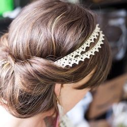 Tutorial to make this headband and also an explanation of how to achieve this messy boho hairstyle using no hair pins or clips.