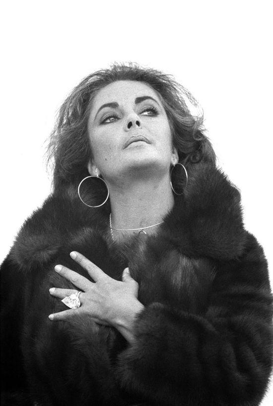 Elizabeth Taylor wearing her Cartier diamond from Richard Burton