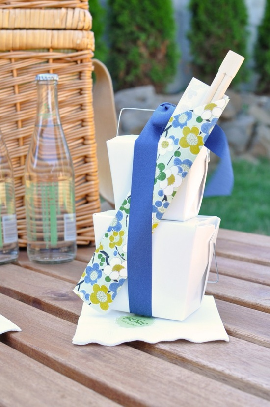 And here's a little DIY picnic idea (complete with printables and templates for the napkins and chopstick holders)