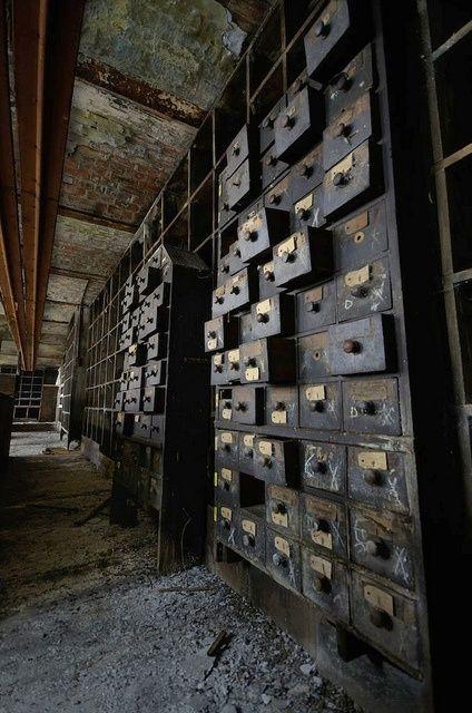 Bibliothèque abandonnée et vieux catalogues de cartes