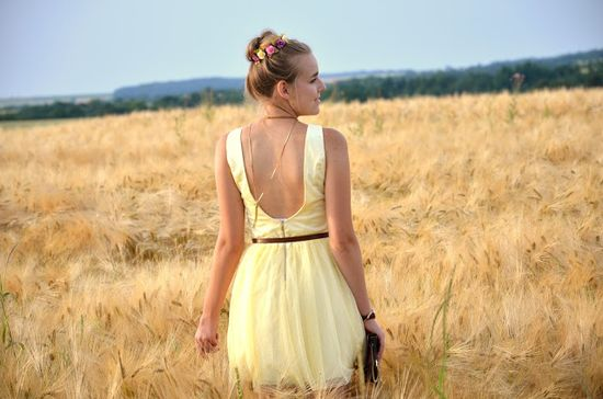 Vintage life en Vogue - - summer look / style-- fashion - blogger - yellow - field of gold - mohito dress - romantic - brown - urban outfiters - earth watch  - heels