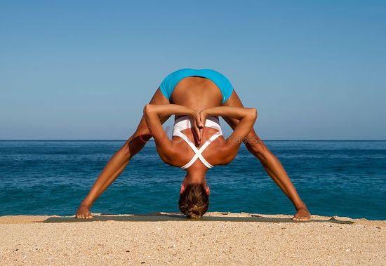 Femme face à la mer - Infos yoga Attitude Yoga - Strasbourg, Alsace