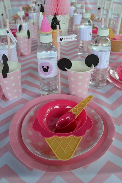 Place setting at a Minnie Mouse Party #Minniemouse #party