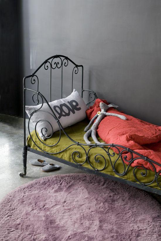 bed room photos anis corail gris violine tr s chouette association de couleurs. Black Bedroom Furniture Sets. Home Design Ideas