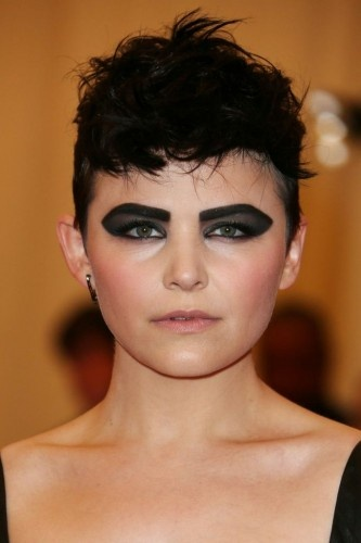 Makeup artist, Mai Quynh created a dark, graphic eye for Ginnifer Goodwin with Laura Mercier Matte Eye Shadow in Noir at the Met Ball.