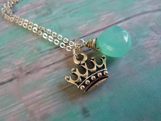Crown and turquoise blue Zeta necklace