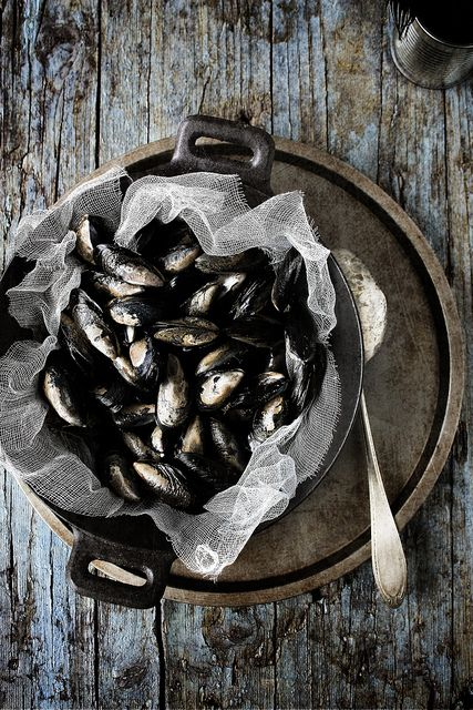 Mussels by Mónica Isa Pinto, via Flickr...loveee the board..