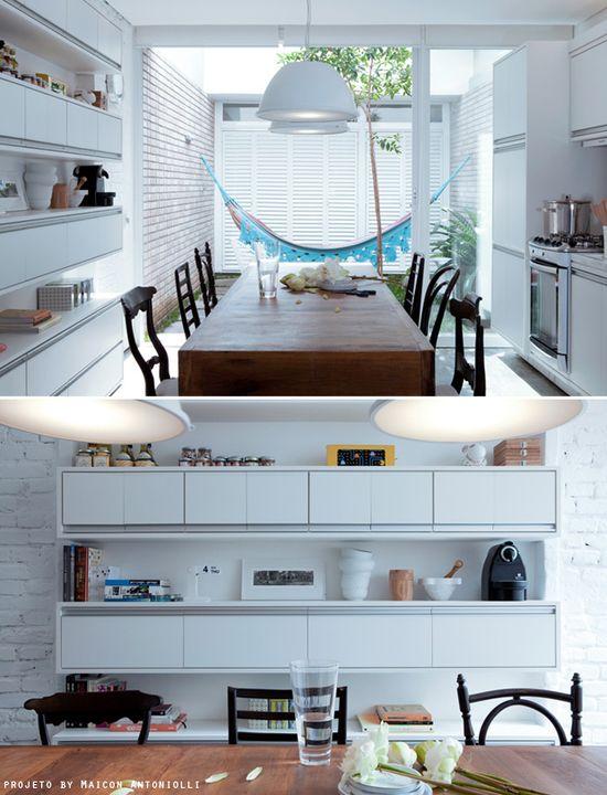 white kitchen + cozy garden #decor #kitchen #cozinha #ambienteintegrado