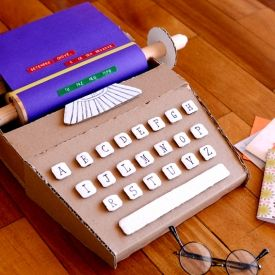 Make this cute and fun cardboard typewriter! (in Portuguese)