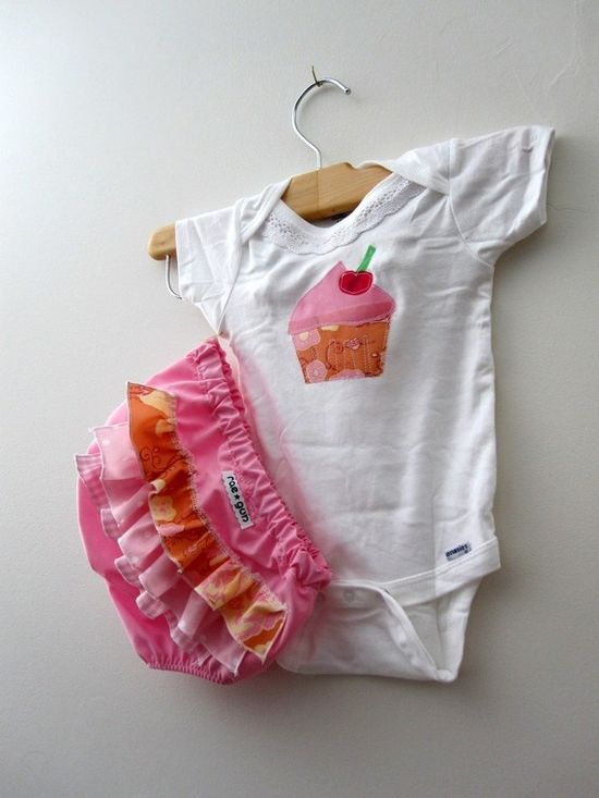 Cupcake - ruffle diaper covers gift set (18 months) - Girl - Birthday - Onesie - Bloomers $23.50