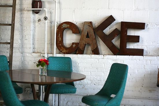 CAFE letters  letras apoyadas en el zócalo para romper el blanco