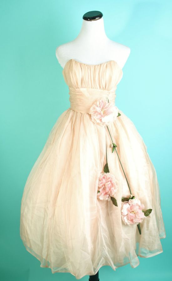 The kind of enchantingly pretty vintage frock that would make all the other items in your closet just a wee bit jealous ;) #wedding #dress #vintage #clothing #1950s #flowers #party #style #retro #fifties