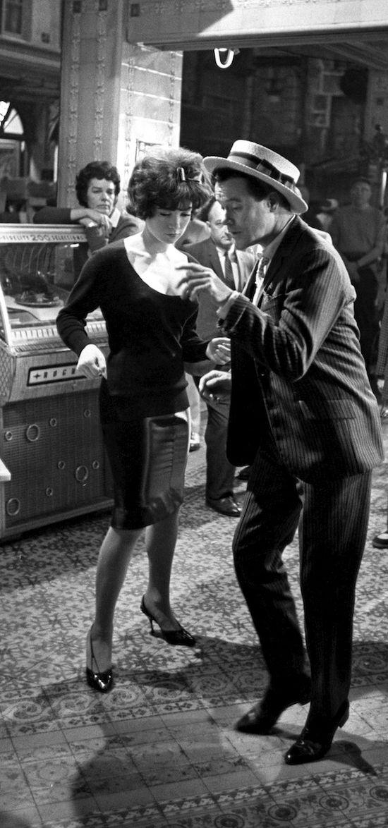 Jack Lemmon et Shirley MacLane par Leo Fuchs sur l'ensemble de Irma la Douce - 1963. S)