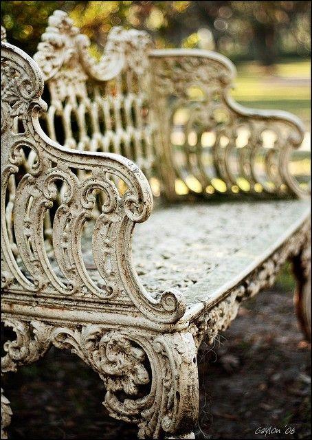 vintage garden bench  // Great Gardens & Ideas //