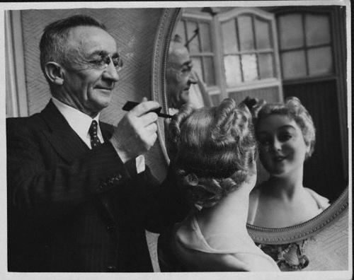A happy 1940s hairdresser hard at work. #vintage #1940s #hair #hairdresser #salon