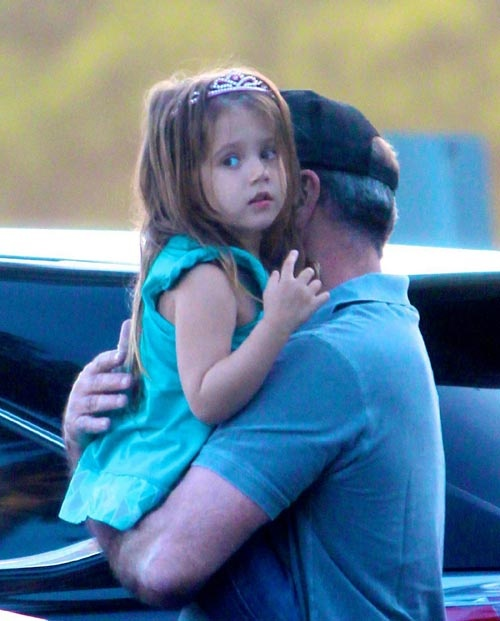Mel Gibson ejerce de cariñoso papá con su princesa Lucía #actores #actors #people #celebrities