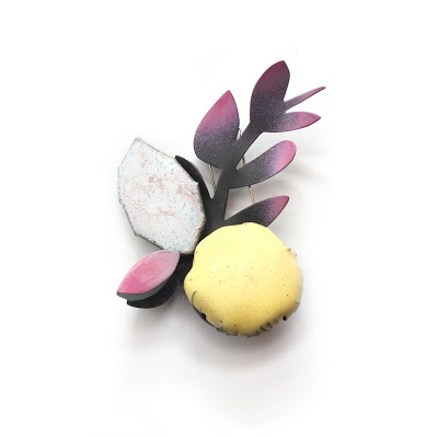 Clara Niubo - Til·ler de fulla rosa - Fermall (brooch) - Fusta, coure, esmalt,   pintura i alpaca