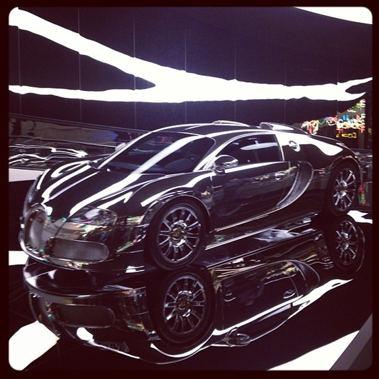 Amazing Shiny Metallic Bugatti Veyron!