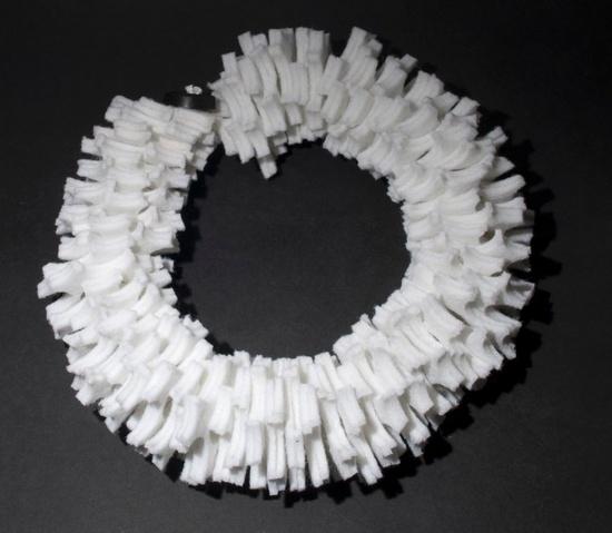 Rosalba Rombolà -   Gorgiera:Gioiello creato con scarti di feltrini