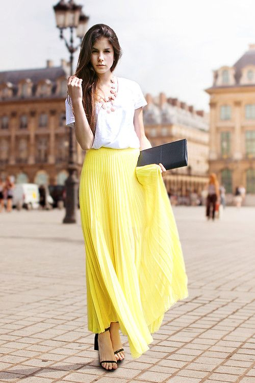 Streetstyle: Pleated yellow maxi skirt and white tee