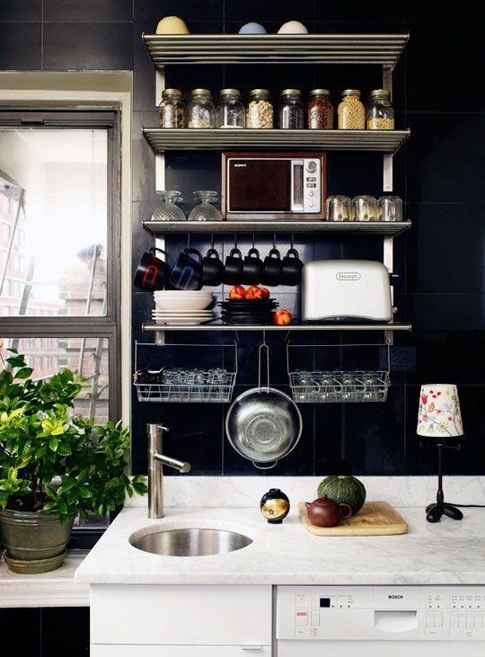 Tip # 1  to organize in a small space, use all available space upwards, so uninteresting paint it a dark color and uses a single color for all your kitchen items that are decorative addition to serving.
