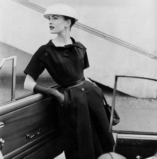 The trio of buttons is a really eye-catching touch. #vintage #fashion #1950s #dress