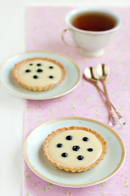 Elegantly styled, richly yummy looking White Chocolate Tarts. #tarts #tartlets #chocolate #dessert #food