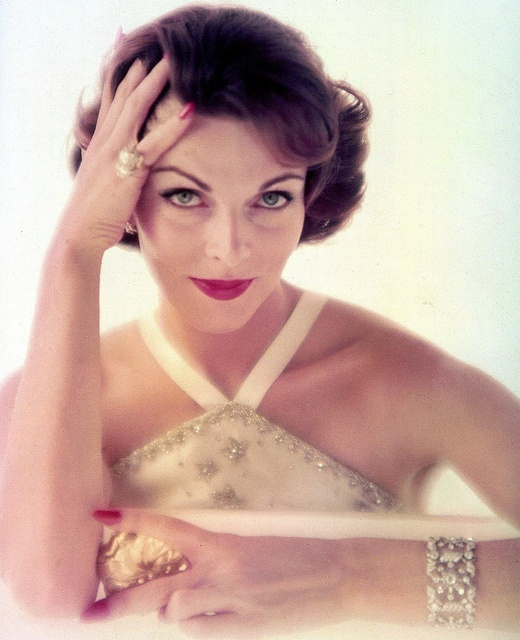Perfect 1950s make-up partnered with elegant jewelry and a gorgeous halter neck dress. #vintage #1950s #fashion #makeup
