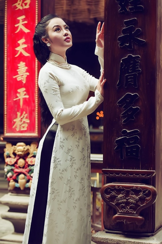 Vietnamese traditional wedding dress