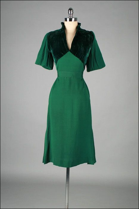 Vintage 1940s Dress . Emerald Green . Pleated Sleeves . 3180