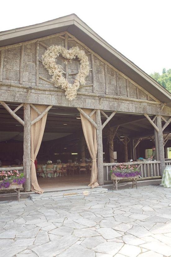 Me encanta el corazón floral gigante en este granero en esta boda rústica!  foto de @ Brent & Anna Deitrich - Live View Studios