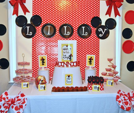 Minnie Mouse Party #minniemouse #party. Another great idea for using disposable colored dinner plates.  Decorate your walls and add to your theme.