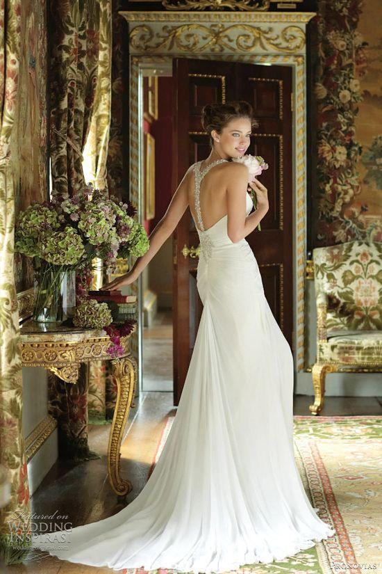 Dress back love: Baile by Pronovias.
