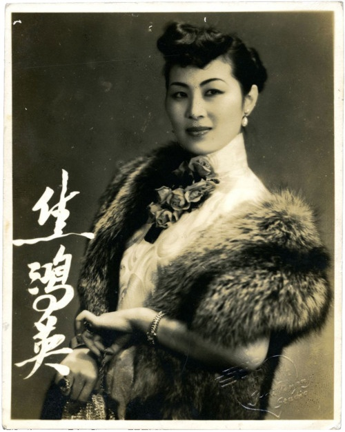 A Peking Opera actress who studied under the renowned Mei Lanfang. In 1949 she starred in The Handsome Man ????, directed by Ma-Xu Weibang, before fleeing to Taiwan, where she continued her opera career.