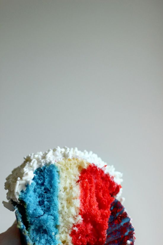 Fourth of July Cupcakes - Easy to make red, white and blue cupcakes on @Minted