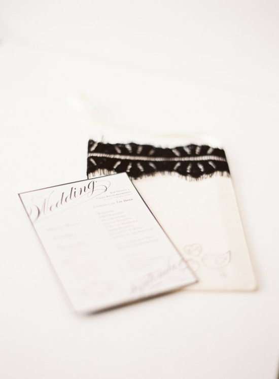 black lace details  Photography by alexandreweddings...