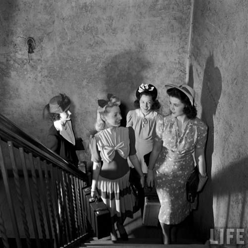 Very stylish, beautiful 1940s ladies climbing a staircase. #vintage #1940s #fashion